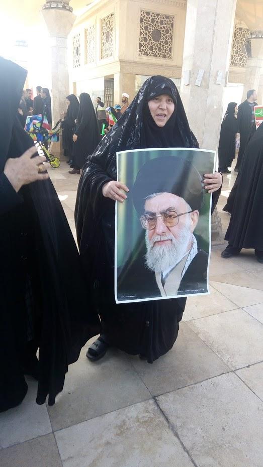 Žena s podobiznou Chomejního při výročí revoluce (2019, foto autorka)